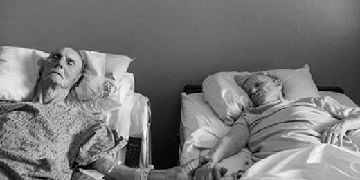 Hai ông bà Don và Maxine Simson đã nắm tay nhau khi họ qua đời vào cùng một thời điểm, sau 62 năm chung sống hạnh phúc. Một khoảnh khắc hoàn hảo, mộtcái kết đẹp cho mộtchuyện tình.