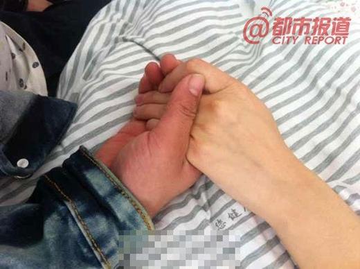 Đây là một trong những bức ảnh được cộng đồng mạng Trung Quốc chia sẻ nhiều nhất. Chàng trai trong bức ảnh đã bỏ đi công việc của mình để ở bên cạnh bạn gái bị ung thư trong những ngày cuối đời của cô.