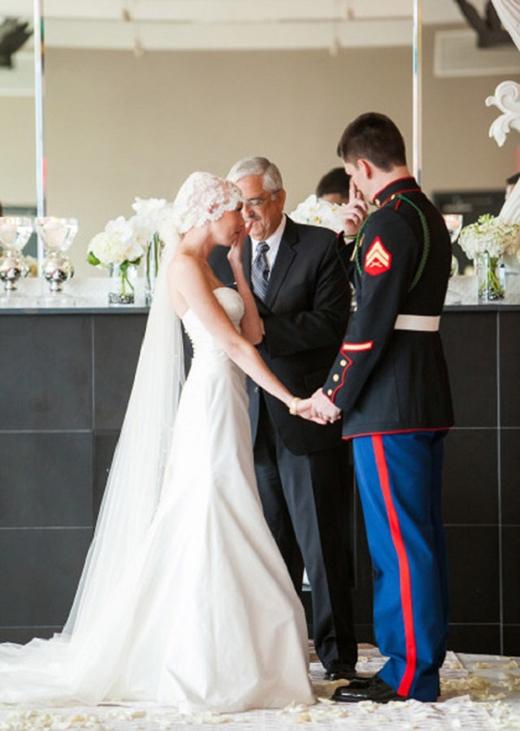 Cô dâu trong tấm ảnh đang mắc căn bệnh ung thư giai đoạn cuối. Chú rể Jeffrey Thomas O'Hara đã bật khóc trong lễ cưới của mình và nắm chặt tay người yêu thương để tiếp thêm sức mạnh cho tình yêu của họ.