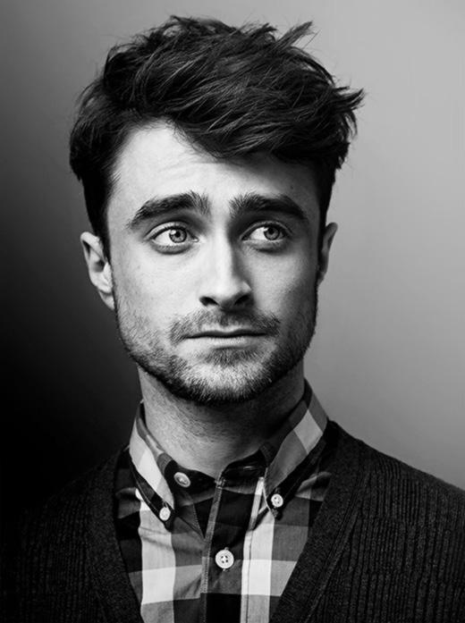 Daniel Radcliffe luôn nổi tiếng là một ngôi sao sẵn sàng bênh vực cho cộng đồng LGBT, vì thế không có gì ngạc nhiên khi anh chàng dính phải những tin đồn về giới tính. Ngôi sao của Harry Potter bị nhiều người cho rằng có một gương mặt cộp mác đồng tính, chia sẻ trong cuộc phỏng vấn với MTV vào năm 2010, nam diễn viên cho biết: Nếu mọi người muốn nói vậy, họ có thể. Nhưng tôi không phải. Tôi thẳng.