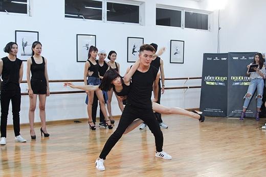 Trước khi đến với phần thi chụp ảnh, 13 thí sinh đã có cơ hội được huấn luyện vũ đạo và cảm thụ âm nhạc để hỗ trợ tốt hơn cho công việc của một người mẫu. Tuy nhiên, ngay sau đó là phần thử thách khá khó khăn khi các thí sinh phải bốc thăm bắt đôi và thực hiện những động tác bê đỡ phức tạp, đòi hỏi kĩ thuật và độ dẻo dai, hòa hợp.