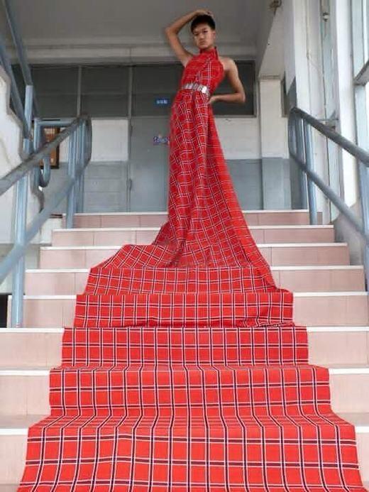 Mẫu thời trang trải thảm đỏ có một không hai.