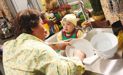 Cách chăm sóc mới: tắm em bé trong... bồn rửa chén!