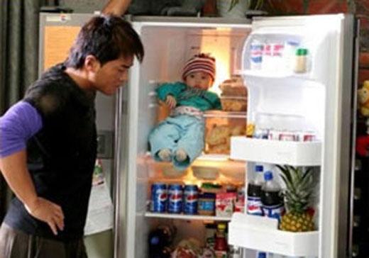 Trên tivi có dạy khi bé đói nên bỏ bé vào tủ lạnh hay sao nhỉ?