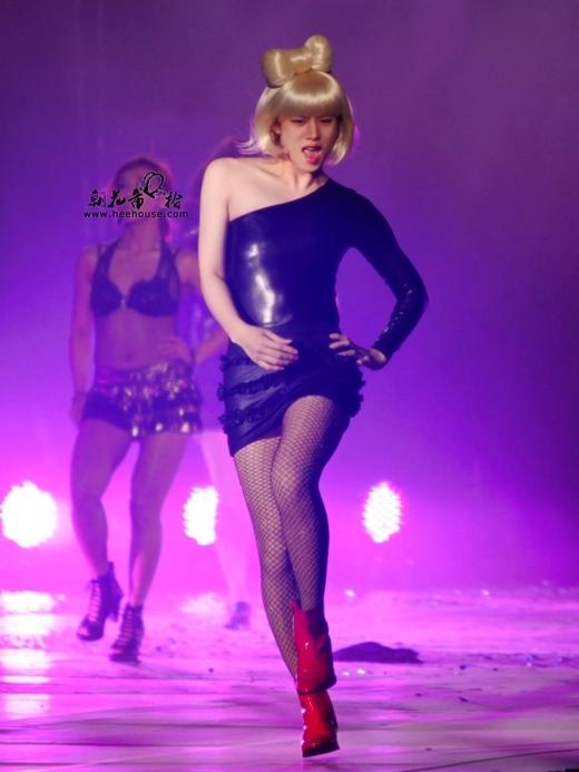 Trầm trồ trước những đôi chân nuột nà của loạt mĩ nam Kpop