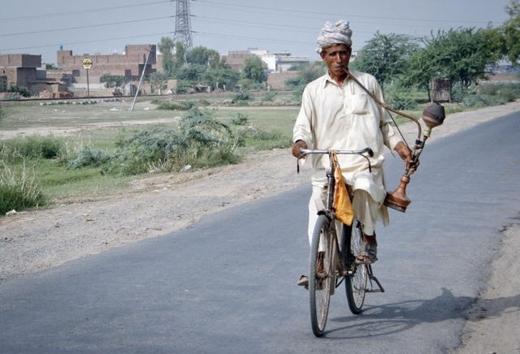Chạy xe đạp mà hút thuốc kiểu này mới ngầu!