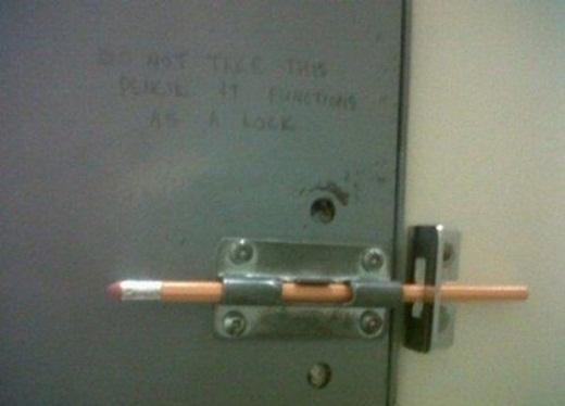 Khi cần chốt cửa hãy nhớ đến bút chì.