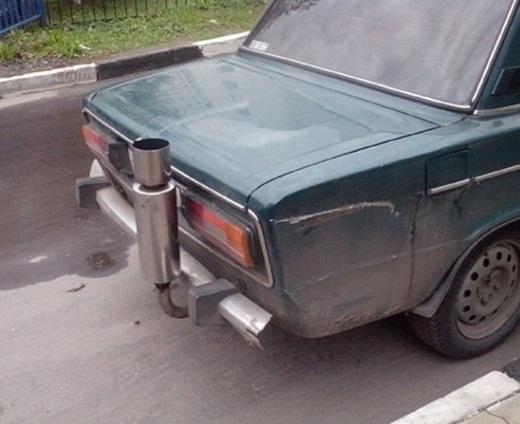 Sáng tạo độc đáo khi thay vì nối ngang thì ống xả xe hơi này lại hướng lên trên để chống ngập nước.