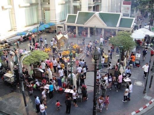 Đền Erawan vốn tập trung rất nhiều khách du lịch và địa phương vô cùng đông đúc