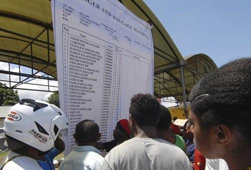 Thân nhân của các hành khách xem bảng danh sách dán tại sân bay