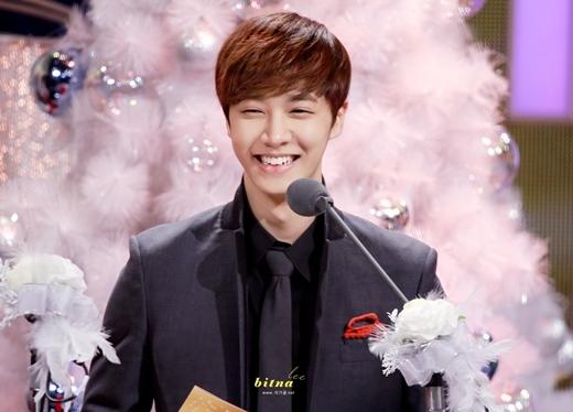 """""""Chết đứ đừ"""" với nụ cười tỏa nắng của loạt mĩ nam Kpop"""