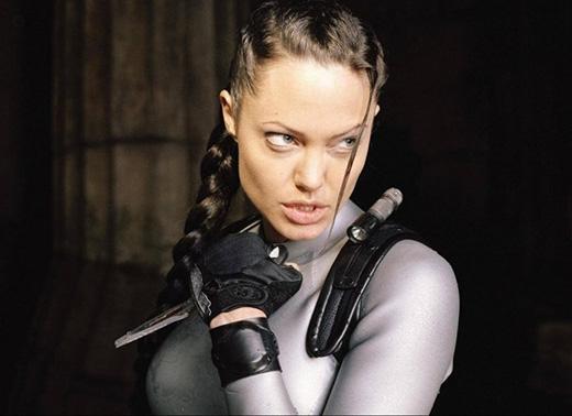Ngoài vẻ quyến rũ đốn tim fan của Angelina Jolie,thì người hâm mộ lại càng mê mệt nữ minh tinh hạng A của Hollywood hơn khi biết cô là bậc thầy trong bộ môn phóng dao. Jolie đã mài dũa kĩ năng của mình trong quá trình làm phim Tomb Raider, cô cũng đã từng thể hiện biệt tài này trên một vài chương trình truyền hình.