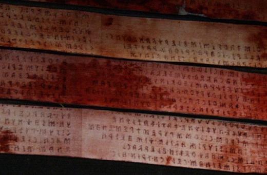 Trước khi tiếng Latin xuất hiện, tiếng Etrusca là ngôn ngữ phổ biến. Nhưng sau đó, chúng đã bị thất truyền và chỉ còn trong một số tài liệu cổ sót lại. Trong hình là đoạn văn bản dài nhất viết bằng tiếng Etrusca: cuốn sách cổ Liber linteus Zagrabiensis, xuất hiện từ thế kỉ 3 TCN. Tuy nhiên, người ta vẫn chưa hiểu được cuốn sách nói gì ngoài dự đoán nó mang nội dung về nghi lễ an táng.