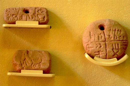 Còn đây là 3 viên đất sét được tìm thấy tại một ngôi làng ở Rumani, có niên đại cách đây 5.500 - 4.500 TCN, trên đó có các kí tự kì lạ. Nhiều khả năng, đây là một loại chữ viết cổ, nhưng các nhà khoa học chưa dám khẳng định.