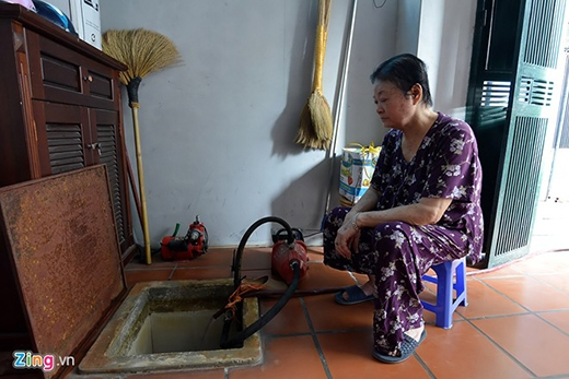 Người Hà Nội chầu chực hứng từng xô nước