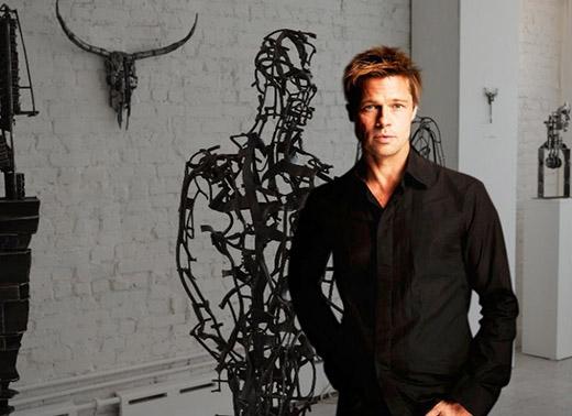 Nam diễn viên quyền lực Brad Pitt lại rất đam mê kim loại. Anh thu thập tất cả những đồ nghệ thuật hay nội thất làm từ vật liệu này và từng theo học nghề với kiến trúc sư Frank Gehry để có thể thiết kế những vật dụng từ chất liệu yêu thích.
