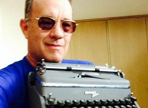 Tom Hanks có hơn 200 chiếc máy đánh chữ xách tay. Nam diễn viên nghiện thứ đồ cổ này đến nỗi đã sáng tạo ra một ứng dụng cho iPad với tên gọi Hanx Writercho phép người dùng đánh chữ và in như chiếc máy đánh chữ thời xưa. Sở thích này bắt đầu từ lúc tài chính của Hanks không được khá khẩm cho lắm, nhưng anh đã cố gắng mua một chiếc với giá 5 USD tại Úc và phải trả đến 85 USD để vận chuyển nó về nhà.