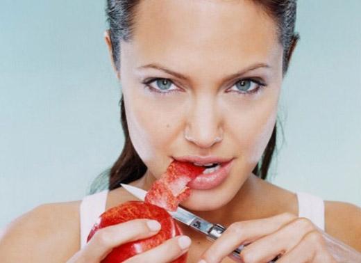 Niềm đam mê với dao của Angelina Jolie bắt đầu từ khi cô 12 tuổi sau một chuyến đi đến hội chợ Renaissance. Nữ minh tinh quyến rũ của showbiz cũng đã chứng tỏ kĩ năng hoàn hảo của mình với dao trong chương trình phỏng vấn với Conan O'Brien.