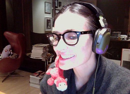 Demi Moore chia sẻ rằng cô có một tình yêu mãnh liệt đối với những chú khỉ đồ chơi vì chúng khiến cô gợi lại những kỉ niệm thời thơ ấu. Nữ diễn viên được cho là một trong những người sưu tập búp bê có tiếng nhất trong giới, đến nỗi dành hẳn một ngôi nhà riêng cho búp bê.