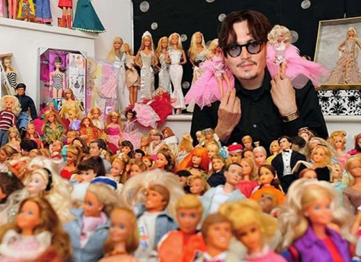 Johnny Depp sưu tập gần như tất cả mọi thứ. Nam diễn viên có bộ sưu tập súng, côn trùng, sách, râu giả và có lẽ kì lạ nhất trong tất cả đó là bộ sưu tập búp bê. Đó không phải là búp bê bình thường mà bao gồm những con búp bê ngôi sao như Beyoncé, những diễn viên trong phim High School Musical và một con búp bê Lindsay Lohan.