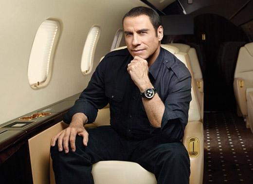 Nam diễn viên John Travolta lại có sở thích thu thập lập lịch trình các chuyến bay, máy bay mô hình và những kỉ vật hàng không khác.