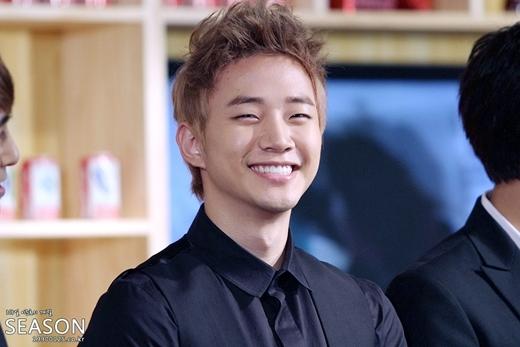 """Được mệnh danh là """"tiểu Rain"""", Junho (2PM) nhanh chóng """"hớp hồn"""" fan nhờ nụ cười tỏa nắng từ những ngày đầu ra mắt."""