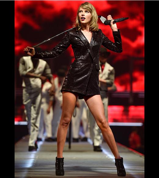 """Cả cây đen cực chất được thực hiện trên nền chất liệu sequin tông đen bắt mắt giúp nữ ca sĩ tỏa sáng trên sân khấu tại Ontario, Canada. Chiếc váy lấy phom từ áo sơ mi khá hiện đại này cũng là một trong những mốt thời trang lên ngôi trong mùa mốt Xuân - Hè 2015. Và dĩ nhiên, chúng hứa hẹn sẽ tiếp tục """"gây bão"""" trong mùa Thu - Đông với những biến tấu phù hợp hơn."""