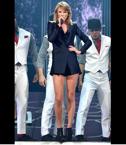 Phom váy này tiếp tục được Taylor diện lại lần nữa trên sân khấu tại Montreal nhưng phần chất liệu sequin chỉ còn là điểm nhấn nhỏ xinh ở phần cổ.