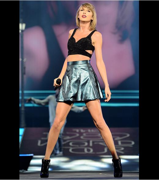 Chiếc áo crop top cắt xẻ táo bạo tiếp tục được Taylor tái sử dụng và kết hợp cùng chân váy ánh kim tông xanh bạc sang trọng, lạ mắt.