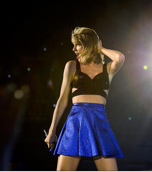 Chiếc áo crop top đen yêu thích của Taylor với màu sắc thời trang khác biệt nhưng vẫn đầy thu hút.