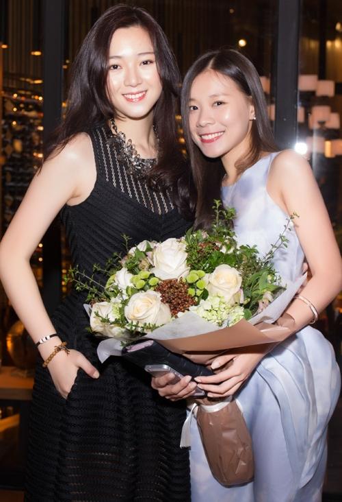 Cô thiếu nữ xinh đẹp bên cạnh người bạn thân thiết.