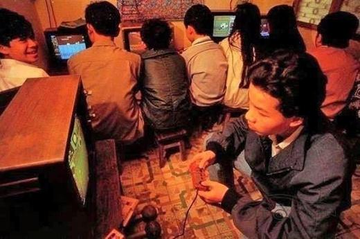 Có bạn nào còn nhớ máy điện tử 4 nút thần thánh này không? Thời này, xin được bố mẹ vài nghìn rồi trốn đi chơi điện tử là cả một khoảng trời hạnh phúc.
