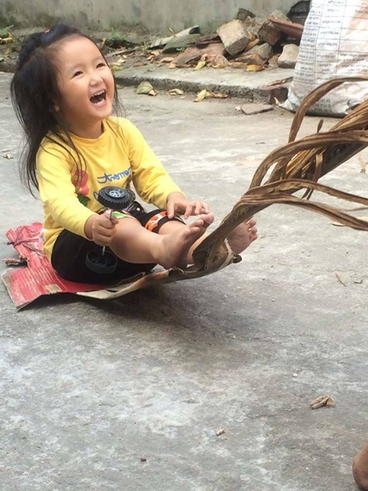 Nụ cười trong veo của em bé khiến cho không ít người phải tan chảy ngay lập tức. Trò chơi kéo xe bằng lá dừa này cũng không còn nhiều nữa. Những niềm vui ngày thơ bé của những thế hệ 8x, 9x đời đầu tới nay cũng dần mai một.