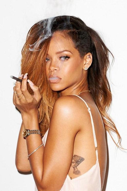 Riri nổi tiếng là một nghệ sĩ thích cuộc sống nổi loạn, và dường như điều này là một đặc điểm cô thừa hưởng từ người cha của mình. Trong khoảng thời gian nữ ca sĩ trưởng thành, cha cô đã có một gia đình bí mật khác tại Barbados. Rihanna từng thừa nhận rằng cha mình là một người đàn ông cực kì lăng nhăng và cô có một vài anh chị em cùng cha khác mẹ đang sống ở quê nhà.