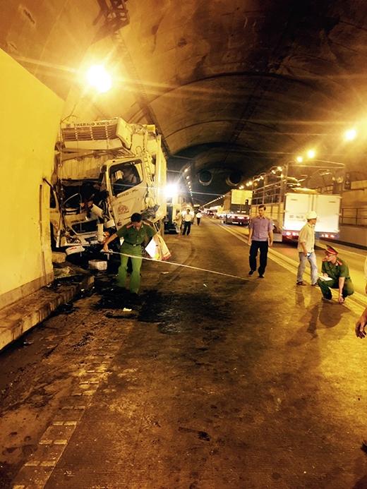 Xe tải nát bét trong hầm Hải Vân, 2 người thương vong