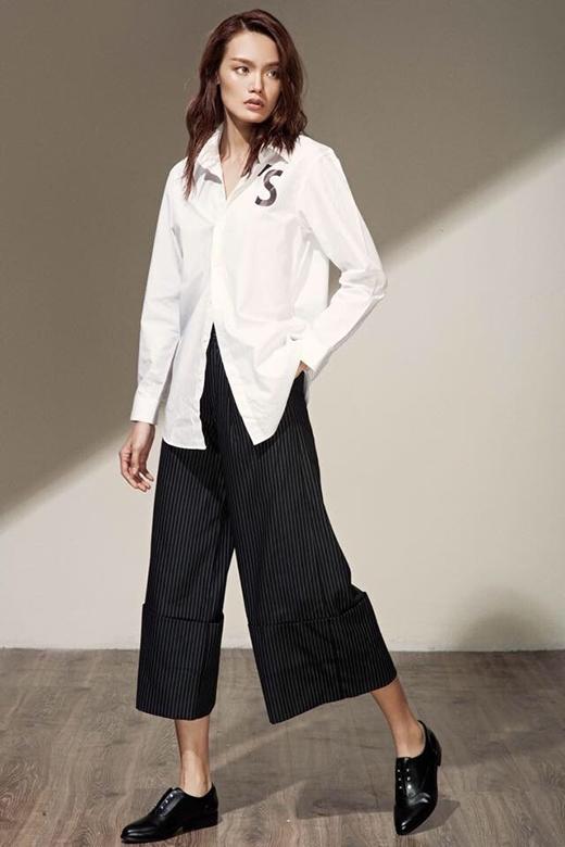 Áo sơ mi trắng hay quần culottes hợp mốt cũng được làm mới với phong cách menswear mạnh mẽ, cá tính. Những chiếc cúc áo được buông, cài hờ càng khiến phá đẹp trở nên gợi cảm hơn nhưng vẫn trong chừng mực tinh tế.