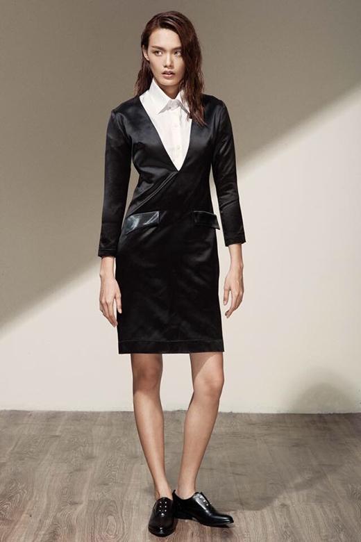 Vẫn áo sơ mi trắng cổ điển nhưng chiếc váy đen khoác ngoài đã mang đến hình ảnh người phụ nữ hiện đại thanh lịch, trẻ trung nhưng không kém phần sang trọng.