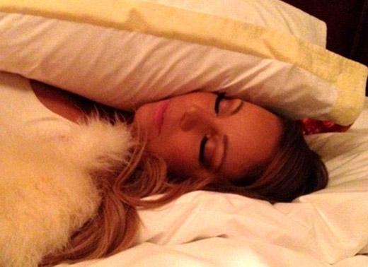 Mariah Carey là một con nghiện ngủ chính hiệu, trung bình cô nàng ngủ 15 tiếng mỗi đêm. Nữ ca sĩ từng tuyên bố trong một cuộc phỏng vấn rằng việc sinh con đã thay đổi toàn bộ cuộc sống của cô.Tôi quá ngán ngẩm việc phải đối phó với tất cả mọi thứ và chỉ muốn đi ngủ, tôi chỉ có thể cảm thấy hạnh phúc khi được đi ngủ.
