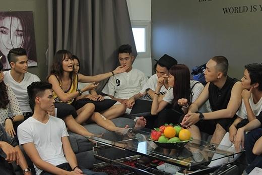 """Hương Ly cũng từng trở thành """"đối thủ"""" của Nguyễn Thị Hợp trong tập 2 với """"cuộc chiến"""" giành chỗ ngủ và phân công công việc trong nhà chung."""