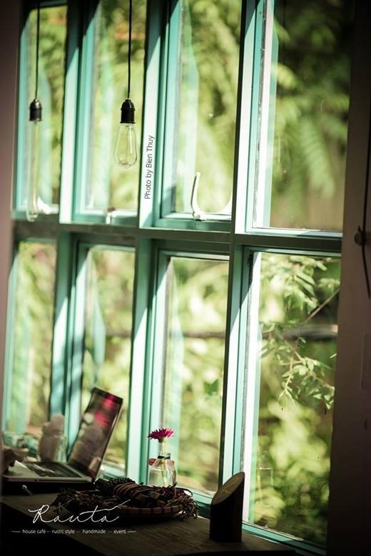 Một góc cửa sổ đầy nắng của Rauta.