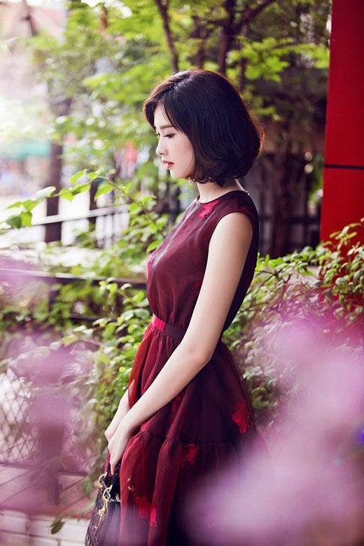 Sắc đỏ rượu nồng nàn, lãng mạn với những họa tiết hoa tông đỏ in thêu nổi bật nhưng vẫn dung hòa tuyệt đối.