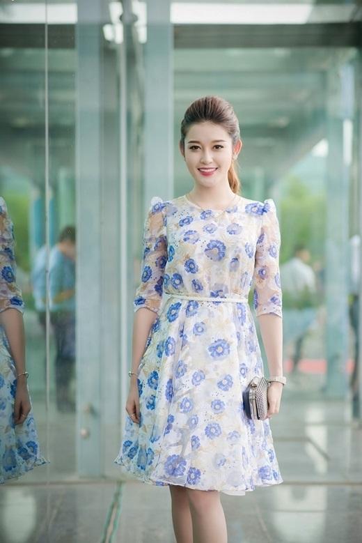 Hay điệu đà, nữ tính với họa tiết hoa tông xanh tím mang đậm sắc màu của những ngày đầu thu se lạnh.