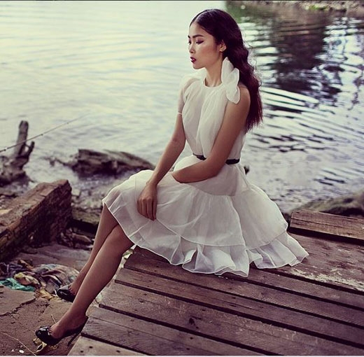 Chiếc váy trắng trên nền chất liệu mỏng như những đám mây bồng bềnh được Vũ Ngọc Anh, Thùy Dương, Hiên Vũ thể hiện ba sắc màu khác nhau: trẻ trung, gợi cảm hay tự do, phóng khoáng.