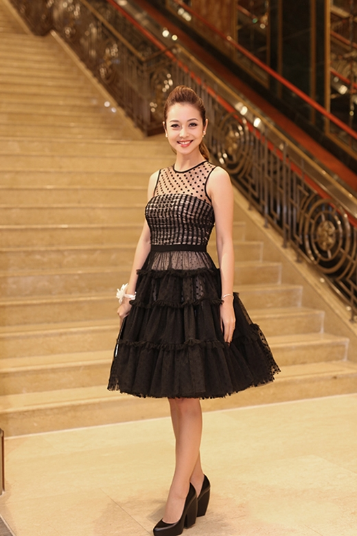 Hình ảnh những quý cô cổ điển được hoa hậu Đặng Thu Thảo, Jennifer Phạm tái hiện qua thiết kế tông đen xếp tầng tỉ mỉ, tinh tế.