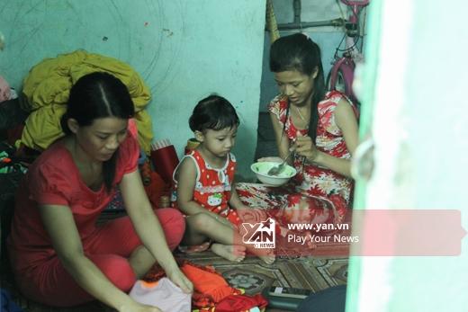 Bảo Trâm cùng mẹ và em gái Bảo Trúc sống tại căn nhà trọ sâu trong con hẻm gần bến xe An Sương.