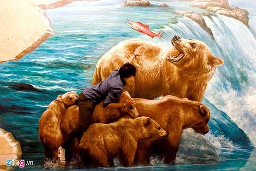 Du khách có thể nhập vai cùng tranh cướp cá hồi với những chú gấu khổng lồ.