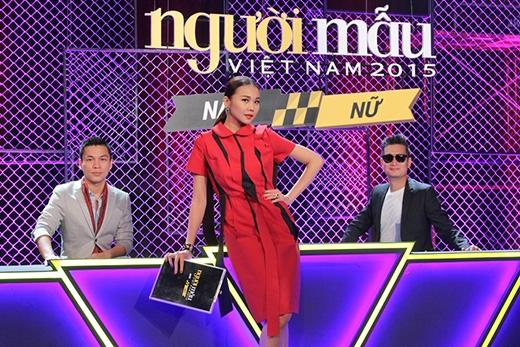 Theo stylist Hoàng Ku, bộ váy này có hai cách diện bằng cách đưa những tua rua đen thả dài phía trước hoặc vắt ngược ra sau.