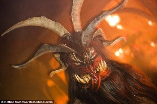 Một số người nói rằng đã nhìn thấy hình ảnh quái vật trên gương mặt đối phương.