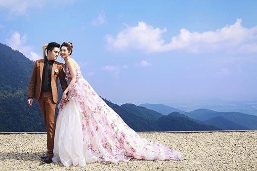 Sắc hồng tím ngọt ngào, lãng mạn cùng họa tiết hoa hồng được in chìm nhưng tạo cảm giác sống động, chân thực như cái kết đẹp cho câu chuyện tình yêu của lứa đôi muôn thuở.