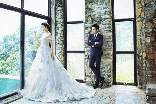 Qua những thăng trầm cùng năm tháng, chiếc áo cưới với tông trắng tinh khôi luôn là biểu tượng vĩnh hằng cho cô dâu trong ngày hạnh phúc.